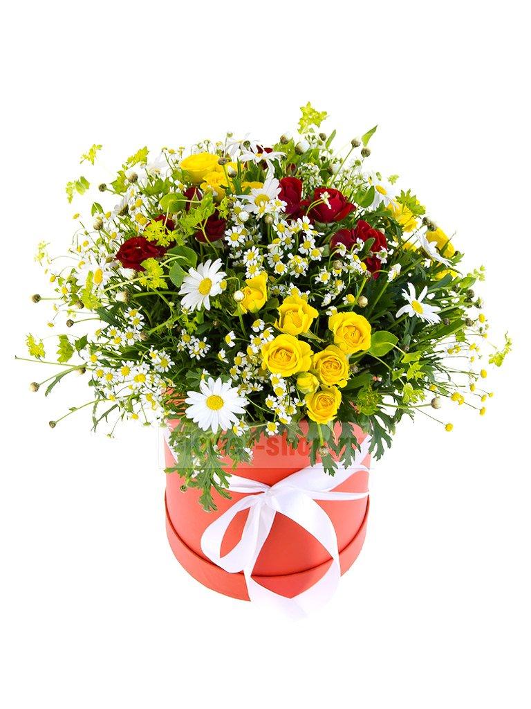 Букет в шляпной коробке из роз, маргариток и ромашек «Хуторок» - купить с бесплатной доставкой в Москве