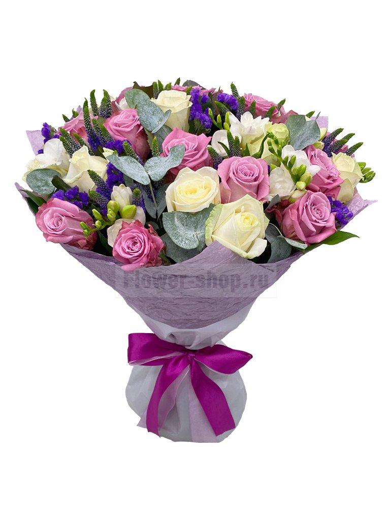 Букет роз, фрезий и статицы «Гостья из будущего» - купить по цене 11990 руб. с бесплатной доставкой в Москве