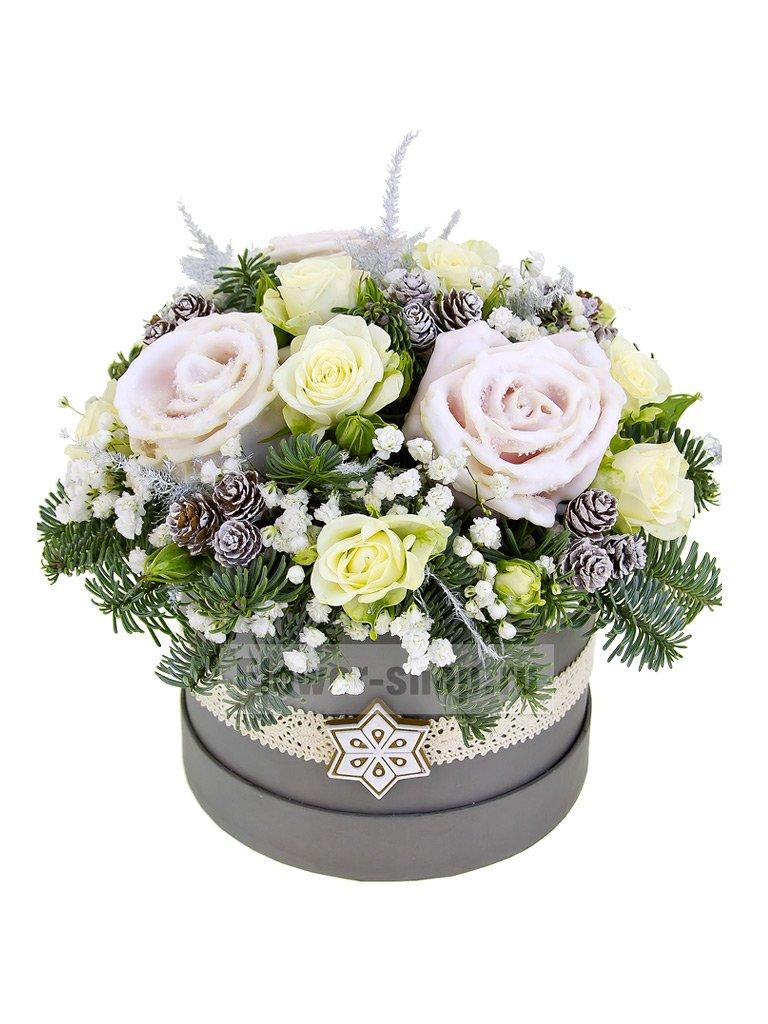 Зимняя композиция в шляпной коробке из еловых веток и роз «Хюгге» - купить с бесплатной доставкой в Москве
